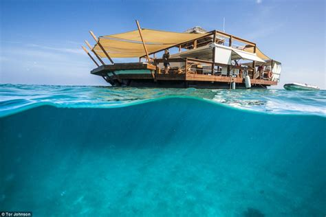 A slice of paradise - floating pizzeria - Cloud9!